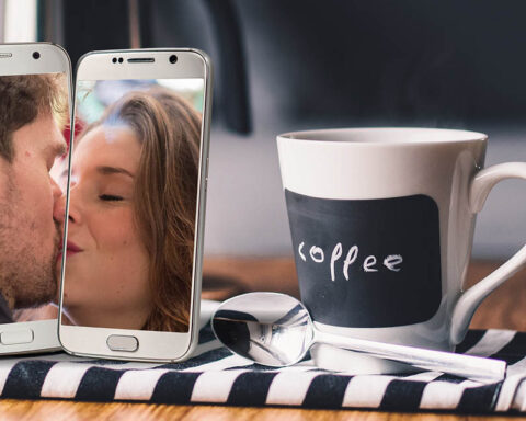 Couple kiss - starting a long distance relationship