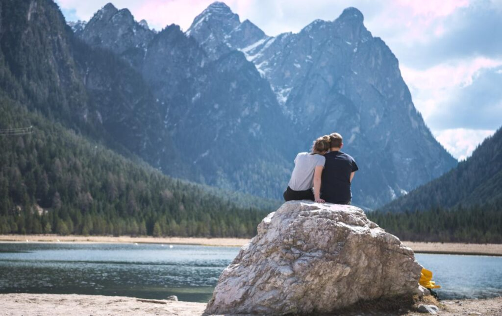 Couple sitting near the lake, turning their back to the camera - long distance love quotes